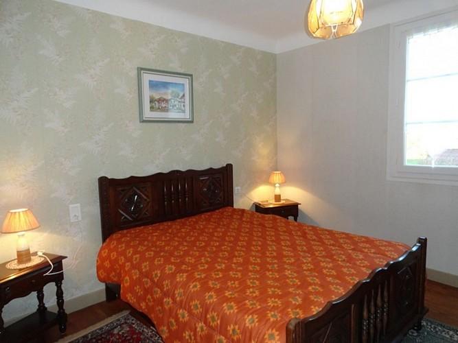 Appartement-Ybargaray-chambre-lit-double-orange---Lacarre