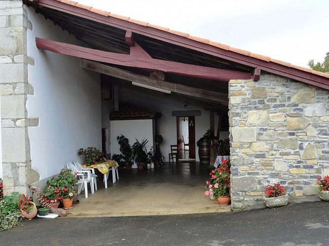Location Trounday - 02 - Terrasse couverte façade - Ossès