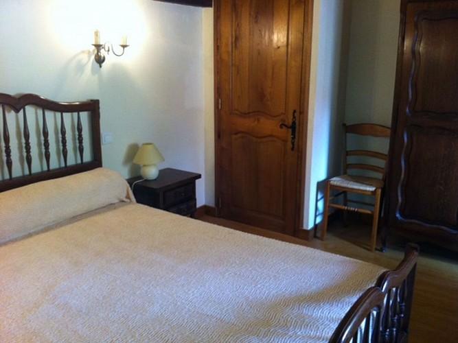 Location Castorène - Chambre lit double placard bois - Banca