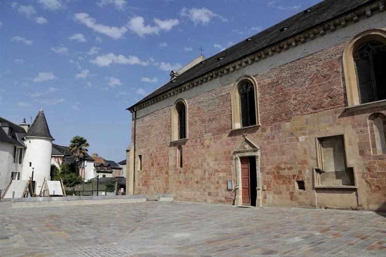 Parvis cathédrale de Lescar