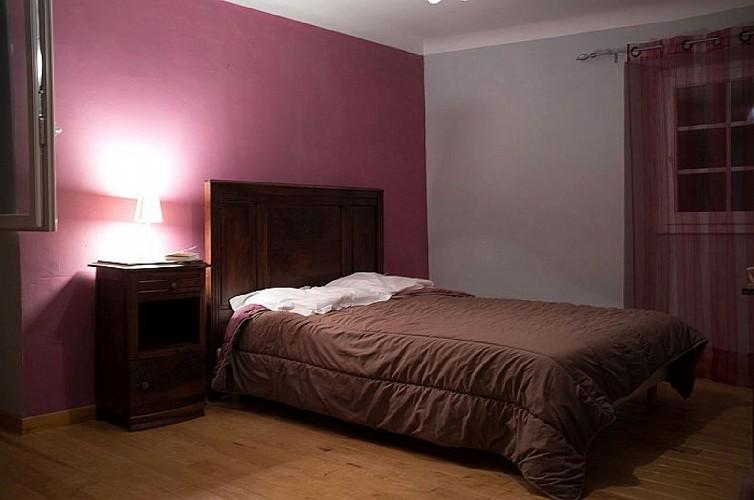 Maison Cedarry chambre lit double violet - Bidarray