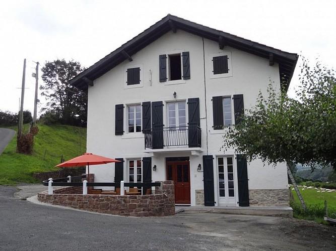 Location-Tambourin-Xantonia-façade-st etienne de baigorry