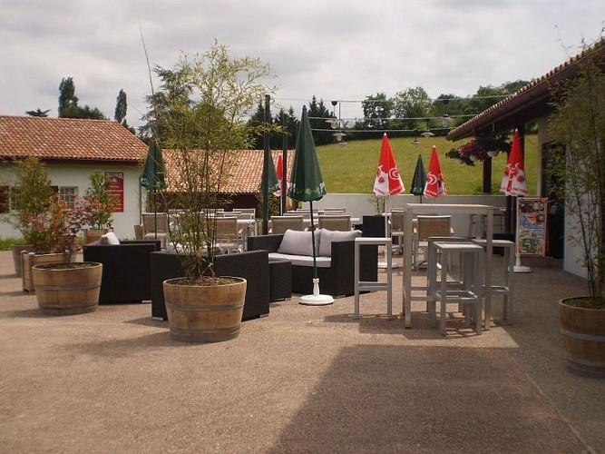 Restaurant Jarapea - terrasse cote parking - Irouléguy