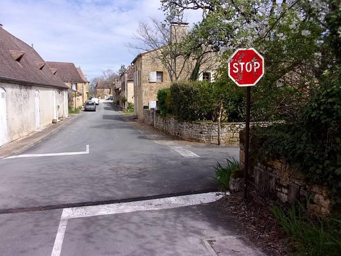 au stop à droite