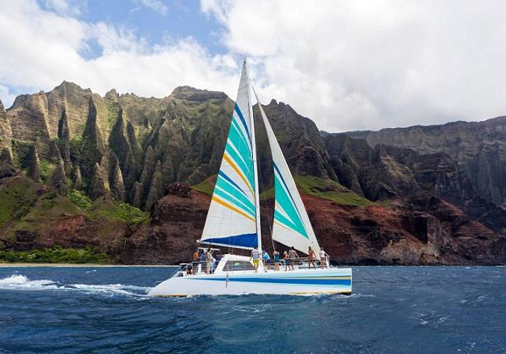 Sailing catamaran cruise, the discovery of the Na'Pali and snorkeling at Nihau - Breaksfast and Lunch included - Kauai