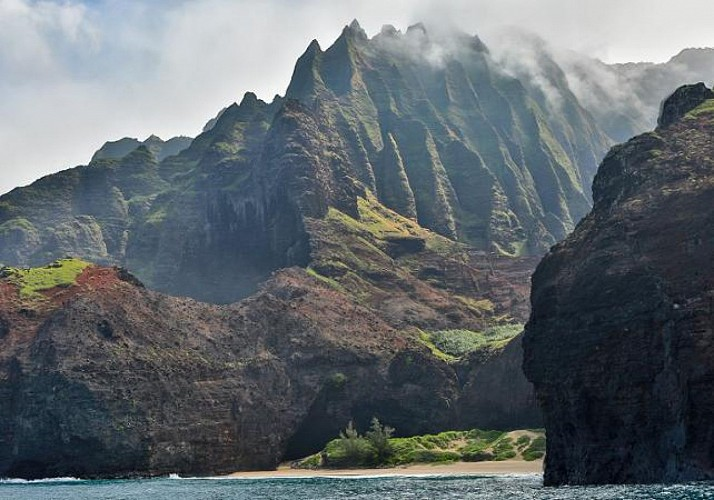 Catamaran cruise, the discovery of the Na'Pali and snorkeling at Nihau - Breaksfast and Lunch included - Kauai