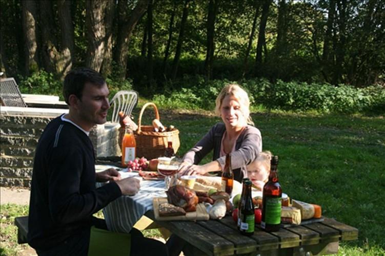 Picknickplaats aan de oever van de Lesse