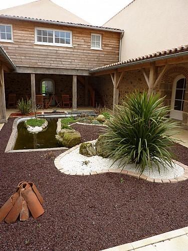 nueil-les-aubiers-chambres-dhotes-la-minaudiere-patio.jpg_8