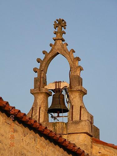 Le clocher-mur de l'église de Priaires
