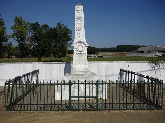 Le monument aux morts à Saint-Martin-d'Augé