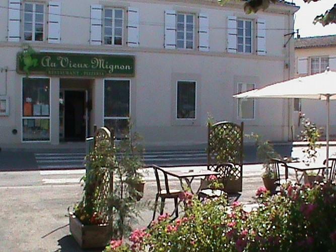 """Le restaurant """"Au Vieux Mignon"""" à Saint-Hilaire-la-Palud"""