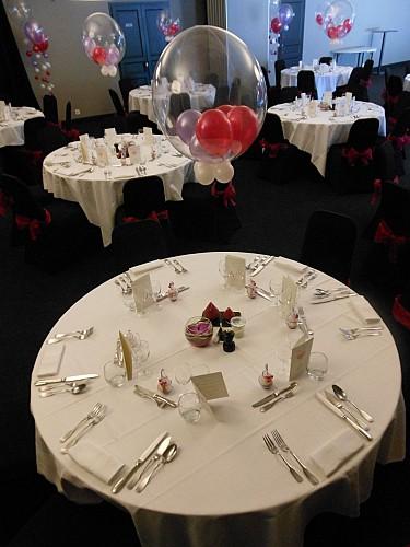 Une salle décorée pour un mariage