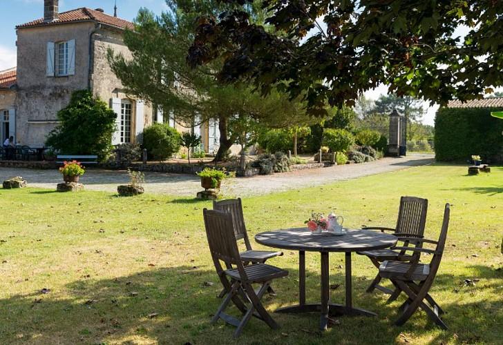 Domaine-du-Prieure-Virsac---jardin-10-800x600