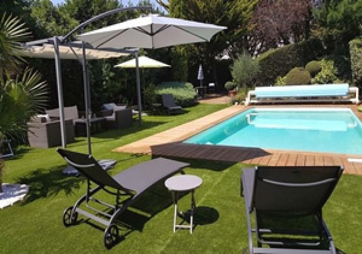Le grand jardin avec transats et parasols
