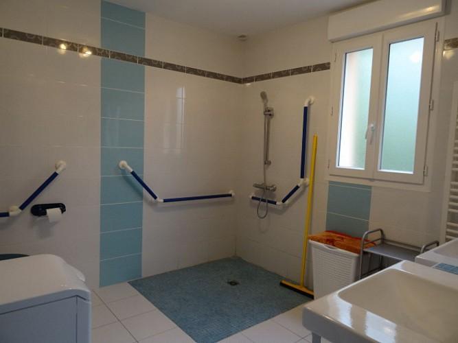 Une salle d'eau accessible aux personnes en situation de handicap