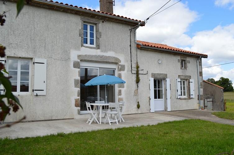 neuvy-bouin-gite-du-rocher-facade1