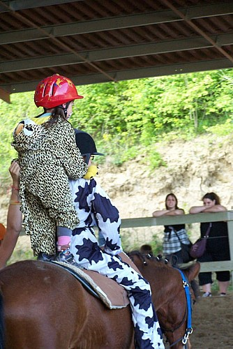 st-damien-fille-costume-cheval