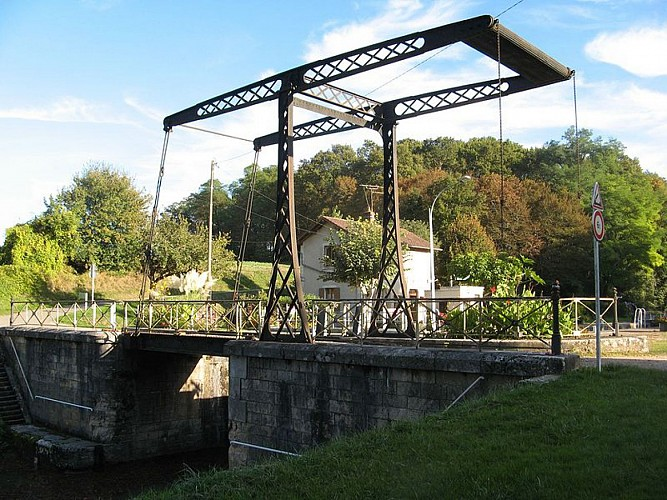 123218-chatillon-coligny-pont-levis-metallique-fleche-construit-vers-this-building-indexed-the-base-merimee-database-architectural-heritage-maintained-the-french-ministry-cultureunder-the